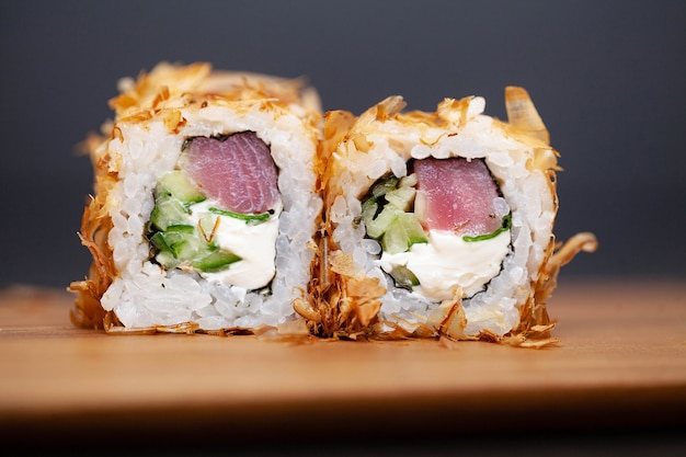 Rolo de sushi com salmão, queijo e pepino