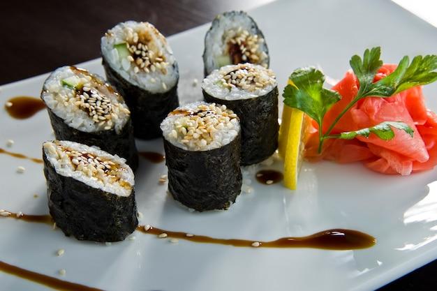 Rolo de sushi com tempura de salmão e camarão.