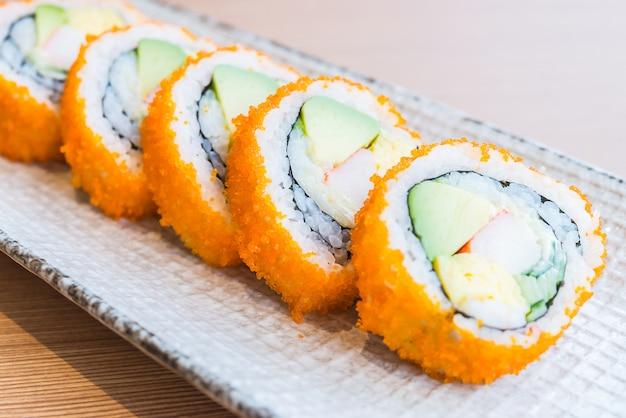 Rolo de sushi da califórnia