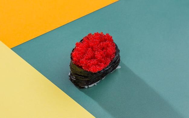 Rolo de sushi de alto ângulo
