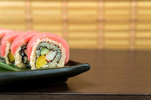 Rolo de sushi de atum - comida japonesa