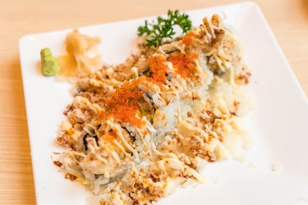Rolo de sushi de camarão crocante