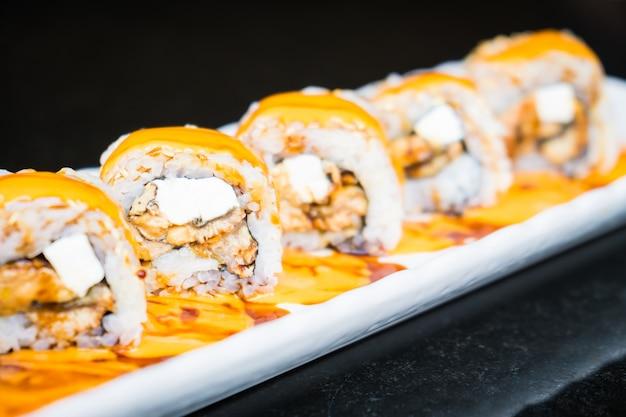 Rolo de sushi de enguia maki com queijo