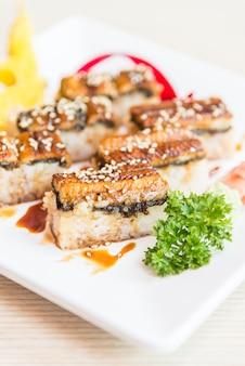 Rolo de sushi de enguia maki
