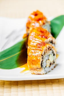 Rolo de sushi de peixe unagi ou enguia