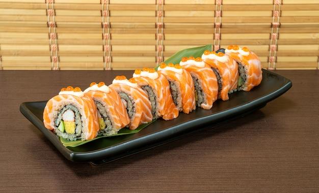 Rolo de sushi de salmão - estilo de comida japonesa