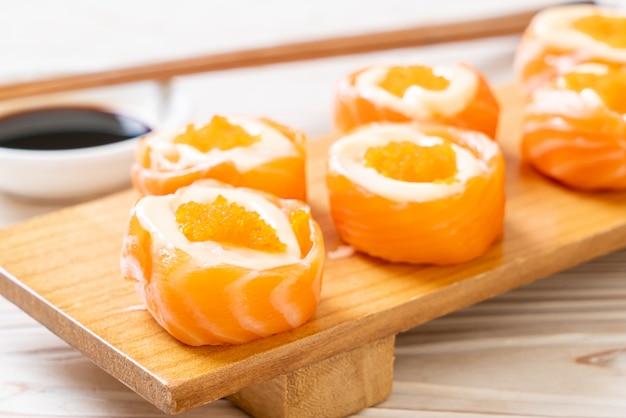 Rolo de sushi de salmão fresco com maionese e ovo de camarão