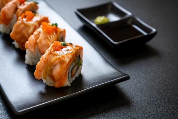 Rolo de sushi de salmão grelhado com molho
