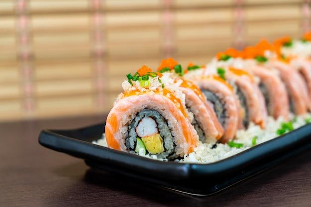 Rolo de sushi de salmão grelhado - comida japonesa