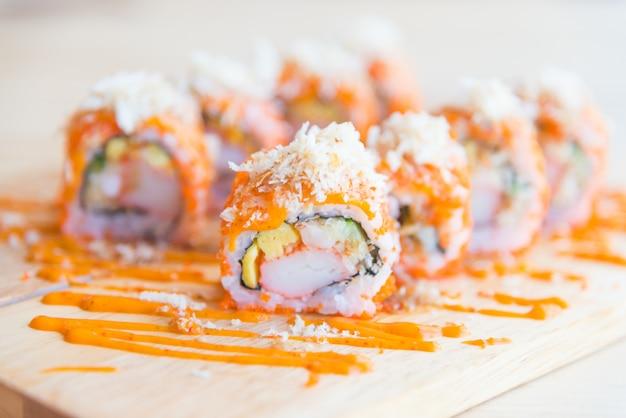 Rolo de sushi de salmão