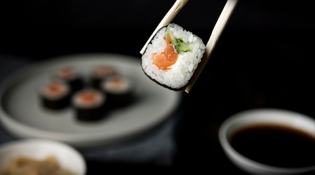 Rolo de sushi delicioso close-up com legumes e arroz