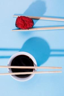 Rolo de sushi delicioso com molho de soja