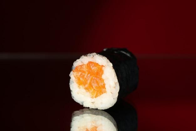 Rolo de sushi delicioso na superfície do espelho. comida japonesa