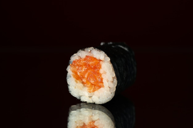 Rolo de sushi delicioso no espelho, close-up. comida japonesa