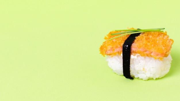 Rolo de sushi fresco com espaço para texto