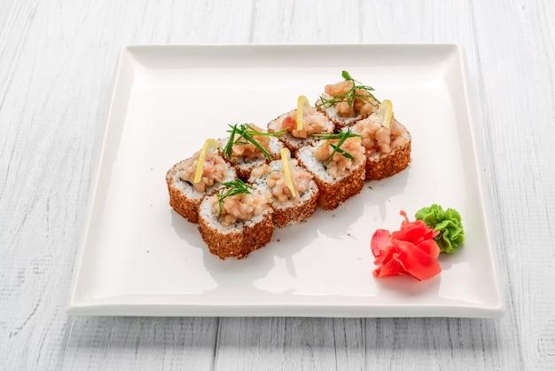 Rolo de sushi frito quente com salmão, abacate e queijo. comida japonesa
