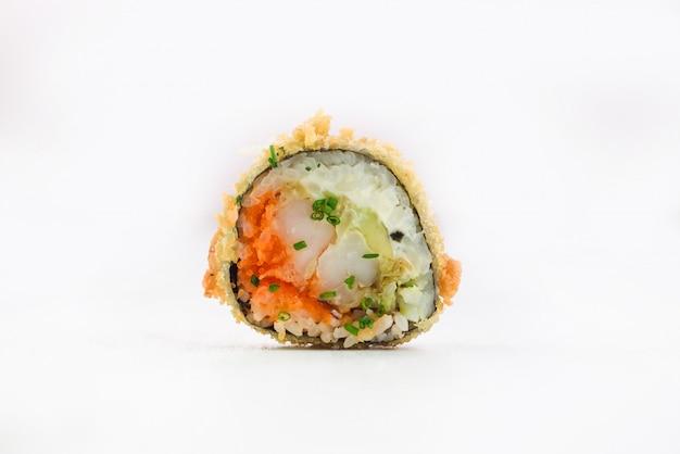Rolo de sushi isolado em um fundo branco