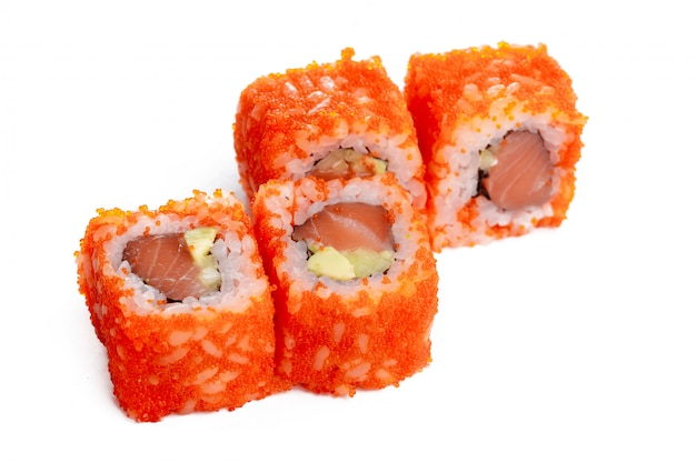 Rolo de sushi japonês fresco tradicional isolado no branco