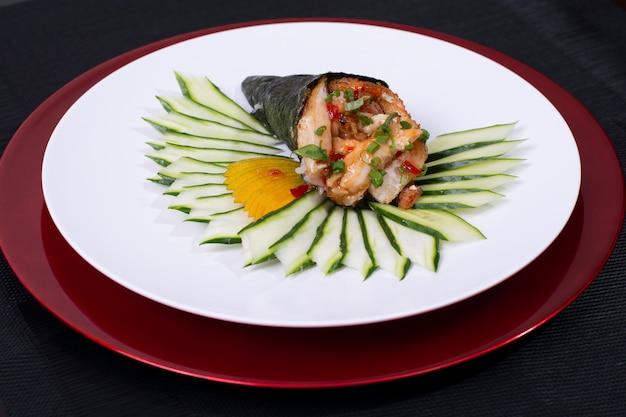 Rolo de sushi japonês temaki com peixe fresco e legumes