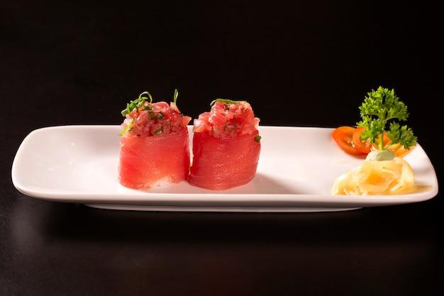 Rolo de sushi japonês tradicional com atum.