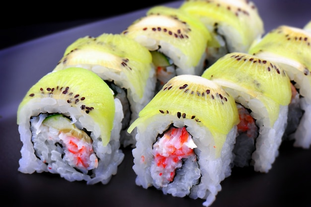 Rolo de sushi maki com fruta kiwi