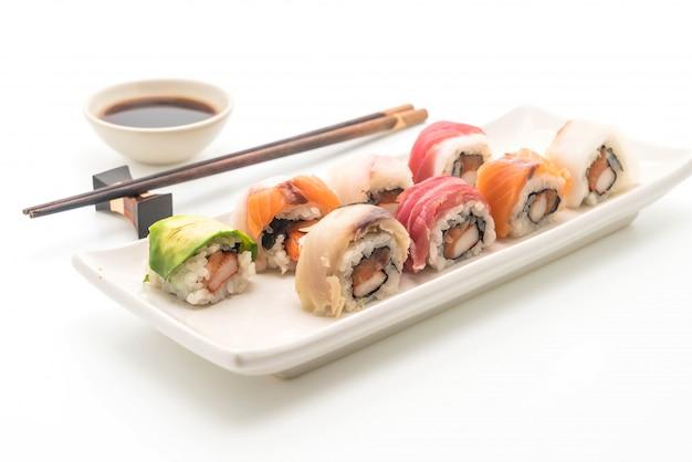 Rolo de sushi misto - estilo de comida japonesa
