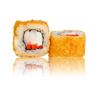 Rolo de sushi quente isolado com reflexão.