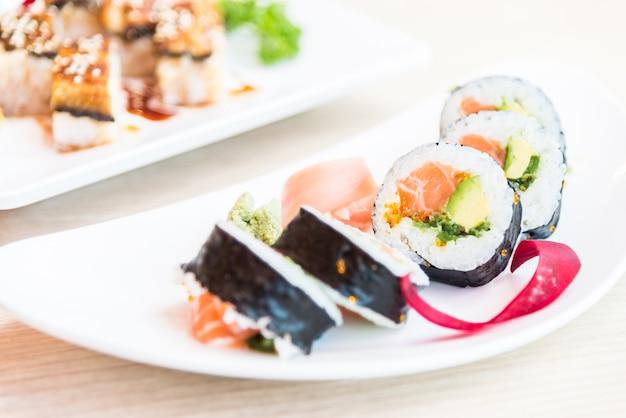 Rolo de sushi salmão maki