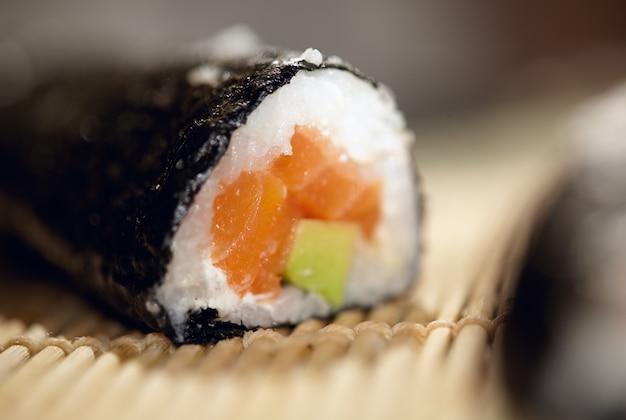Rolo de susshi com salmão e abacate.