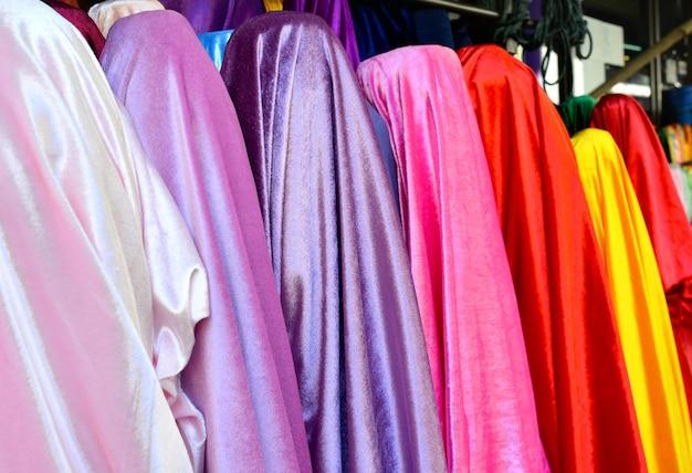 Rolo de tecido colorido à venda no mercado.