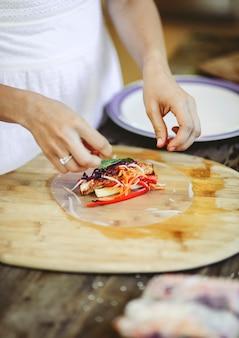 Rolo de verão recheado com legumes frescos