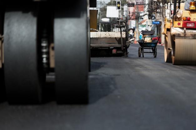 Rolo de vibração pesado no pavimento asfáltico funciona, trabalho de máquinas pesadas.