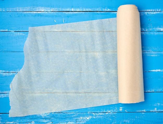 Rolo desdobrado de papel pergaminho bege claro