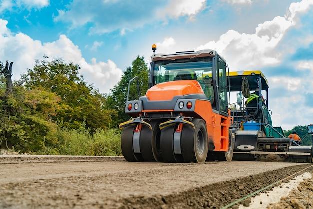 Rolo, equipamento de construção, no local do reparo da estrada.