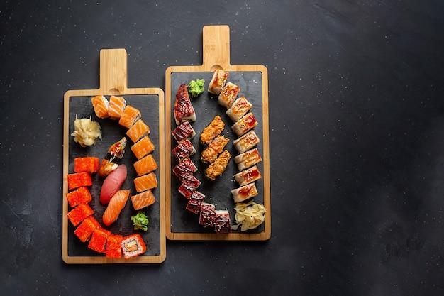 Rolo feito de salmão fresco cru, enguia defumada, cream cheese e abacate no interior, além de rolos california e philadelphia