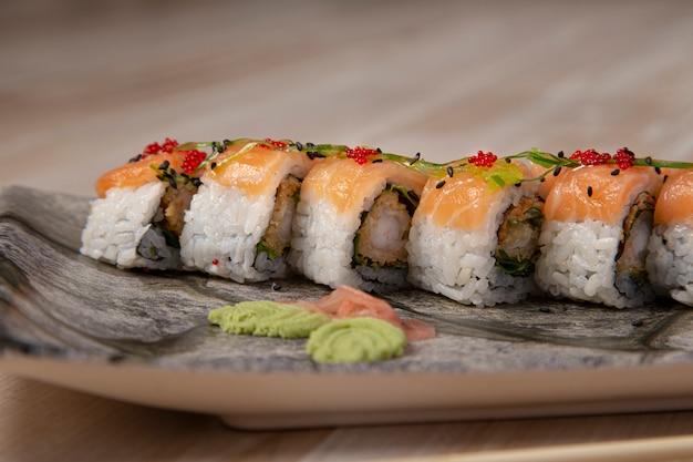 Rolo japonês de uramaki do sushi enchido com camarão, imagem isolada.