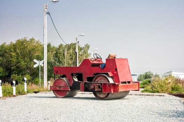 Rolo tandem de duas rodas na passagem ferroviária