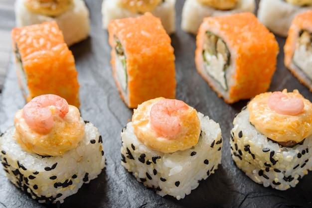 Rolos com close-up de camarões. cozinha tradicional japonesa.