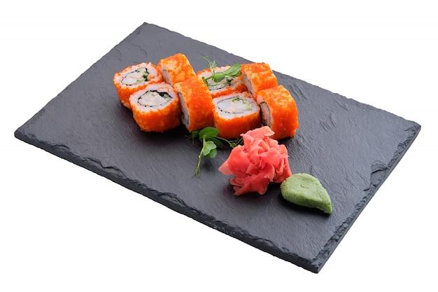 Rolos com salmão e caviar isolado