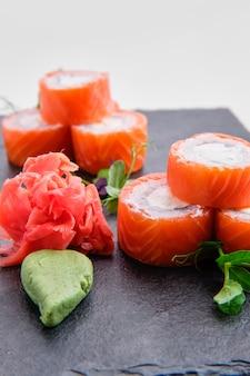 Rolos com salmão isolado