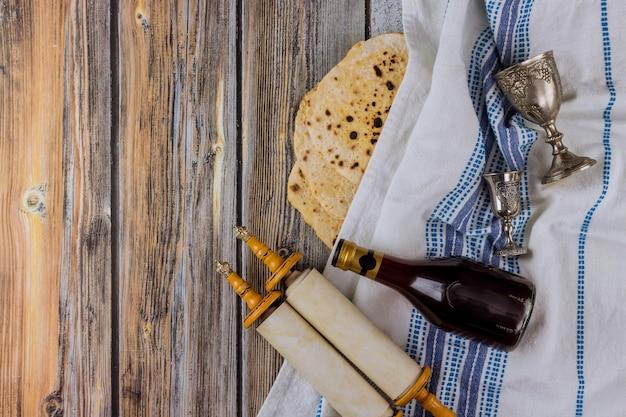Rolos da torá judaica em atributos de pesach na composição de vinho e matzá pascal