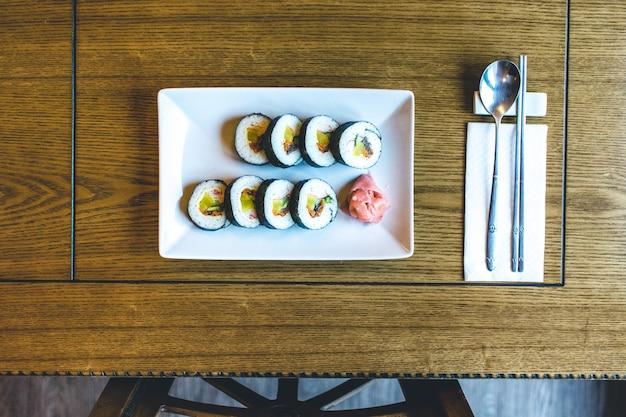 Rolos de arroz gimbap coreano tradicional com legumes fermentados