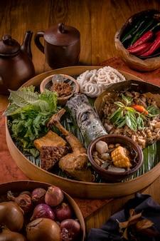 Rolos de arroz tradicionais com legumes e frango frito