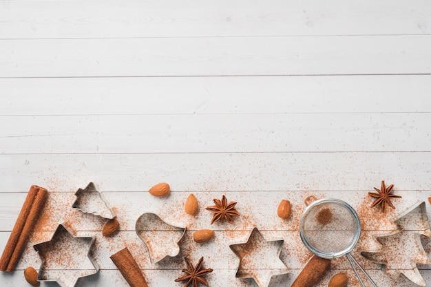 Rolos de biscoito de pino de canela nozes de cacau na madeira