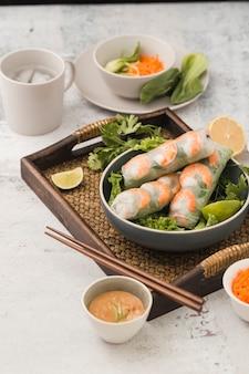 Rolos de camarão fresco com salada e molho