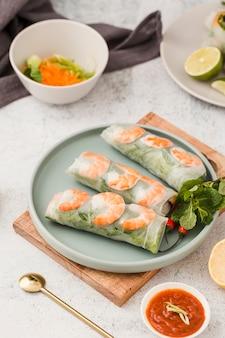 Rolos de camarão no prato com molho