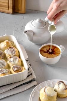 Rolos de canela caseira fresca e café