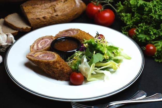 Rolos de carne crocante com molho de pimenta doce