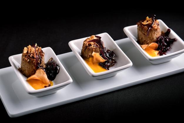 Rolos de carne de canapés com molho de abóbora