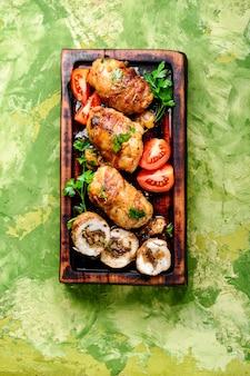 Rolos de carne de frango